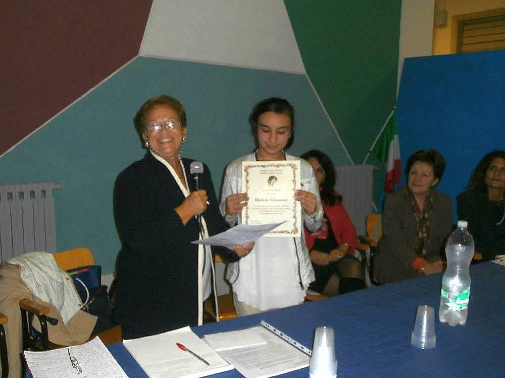 """Anche qui la la prof.ssa Pianciamore consegna il """"Premio alla Bontà""""."""