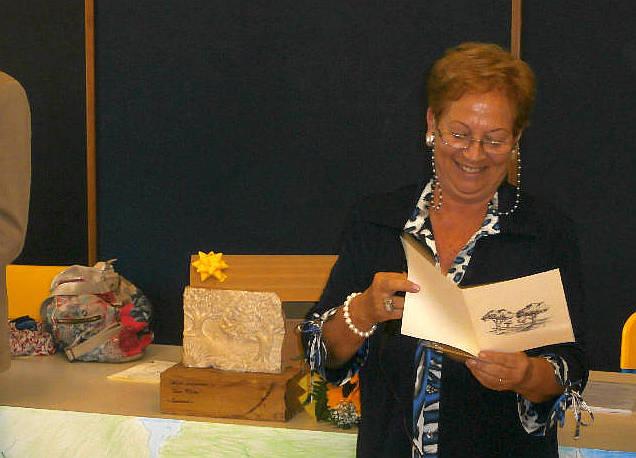 """La Scuola """"Don Milani"""" dona alla Fondazione """"Premio alla Bontà"""" una pregevole scultura opera del prof. Maurizio Fuoco"""