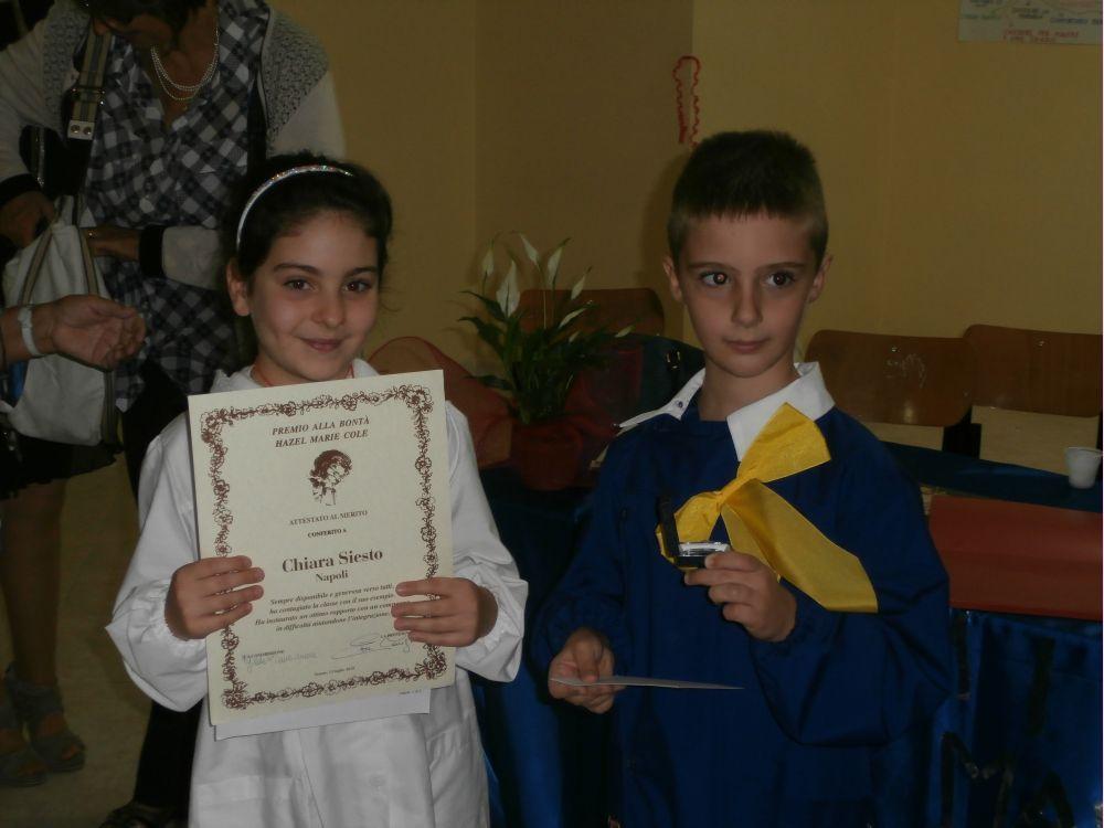 Chiara e il suo amico del cuore mostrano i premi