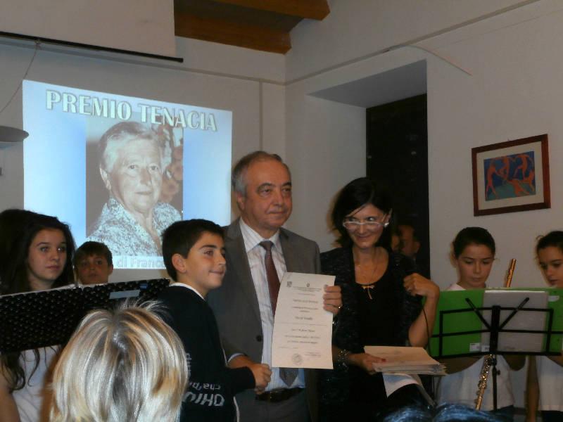 """Si aggiunge alla cerimonia la consegna del """"Premio Tenacia"""" elargito da Enrico Perotti in memoria della madre Francesca Carosi. Significativo e caldo l'accostamento dei premi dedicati a due """"Donne Speciali""""."""