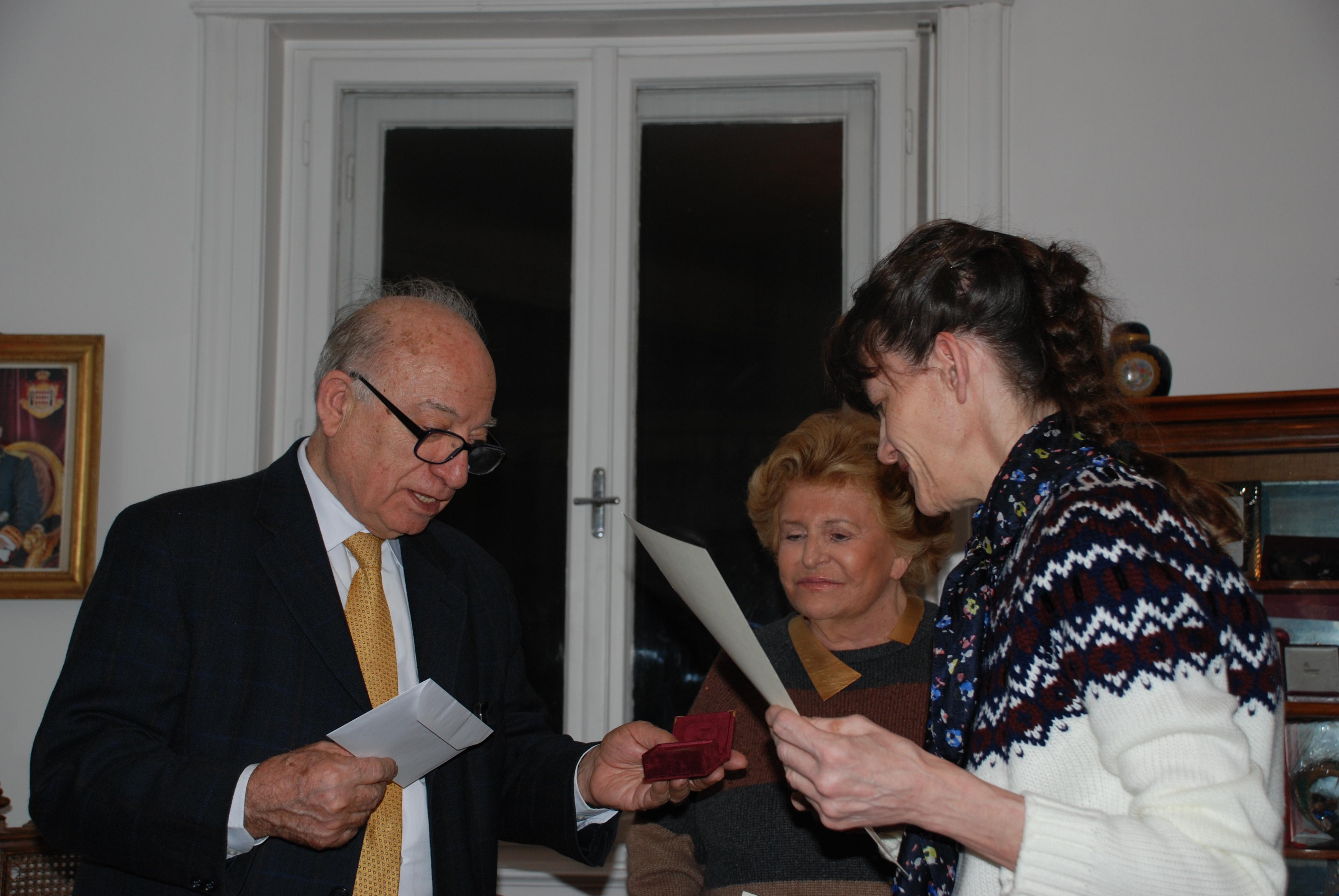 Uno dei cinque premiati della terza linea mentre riceve il premio dalla Marchesa Carignani e dal Dottor Pianciamore.