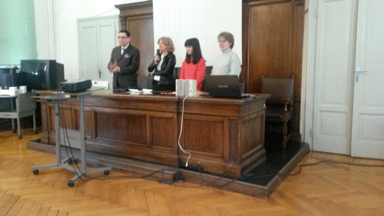 La Preside dell `Istituto Moreschi, professoressa Morelli da il benvenuto a tutti,  il professor Brioschi, la premiata Carola Atzeni e la vice presidente  durante la presentazione del premio in aula Magna.