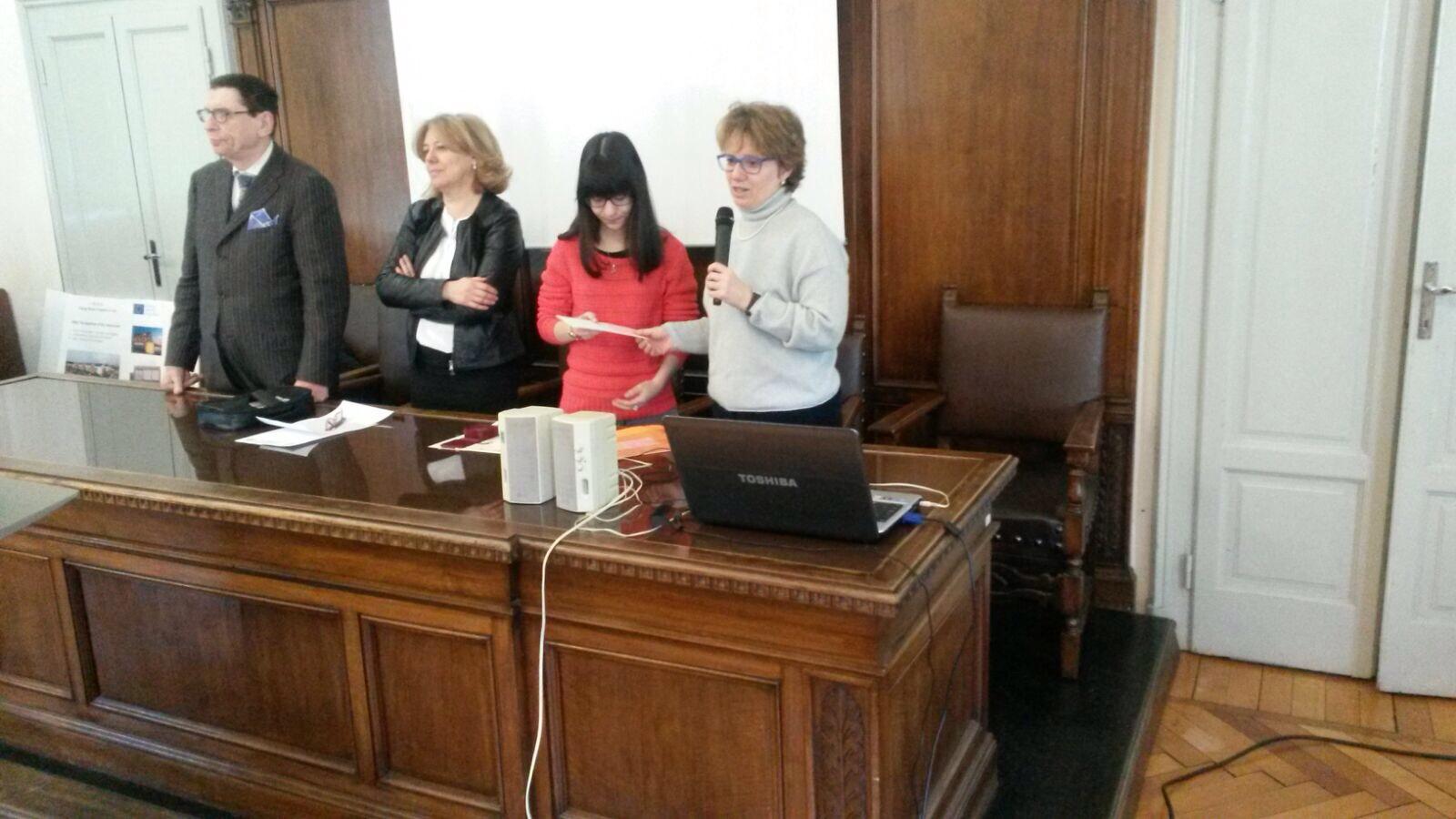 La vice presidente del Premio alla Bontà consegna il premio a Carola Atzen.