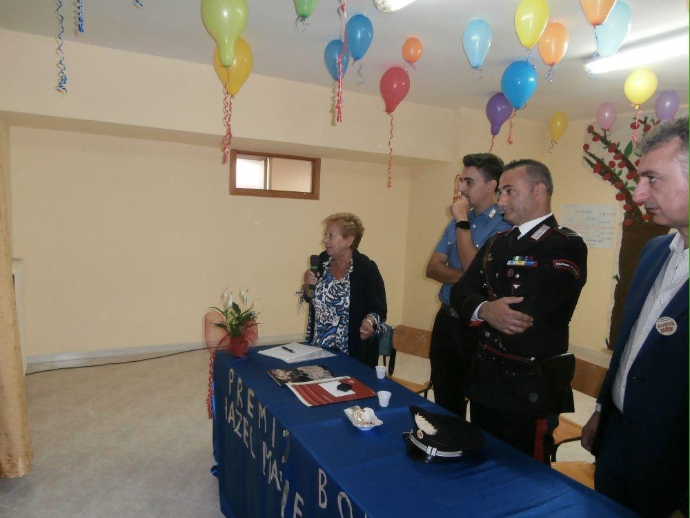 La prof Pianciamore parla del Premio alla Bontà : al tavolo il Sindaco de Luca e i marescialli dei Carabinieri.