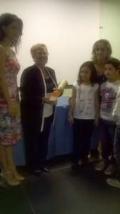 La Vice presidente Gilda Pianciamore consegna il premio alla classe II E di Tremestieri