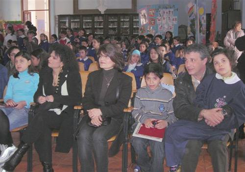 Le famiglie dei premiati con lo sfondo della platea dell'aula magna dell scuola De Amicis