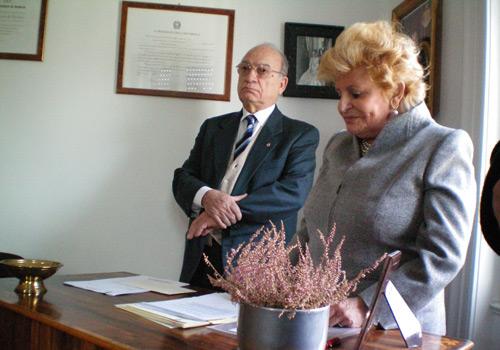 La Presidente Carignani legge le motivazioni della scelta dei premiati assistita dal Segretario.