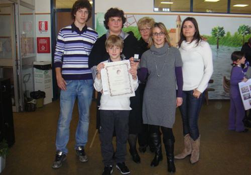 Federico con i familiari e le maestre dopo la premiazione.