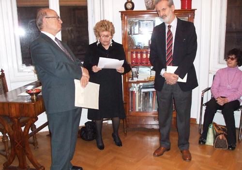 La Presidente legge la motivazione del premio ad Alberto Di Suni di Milano - sotto l'occhio vigile dell'Adriana Marini e del Segretario Pianciamore.