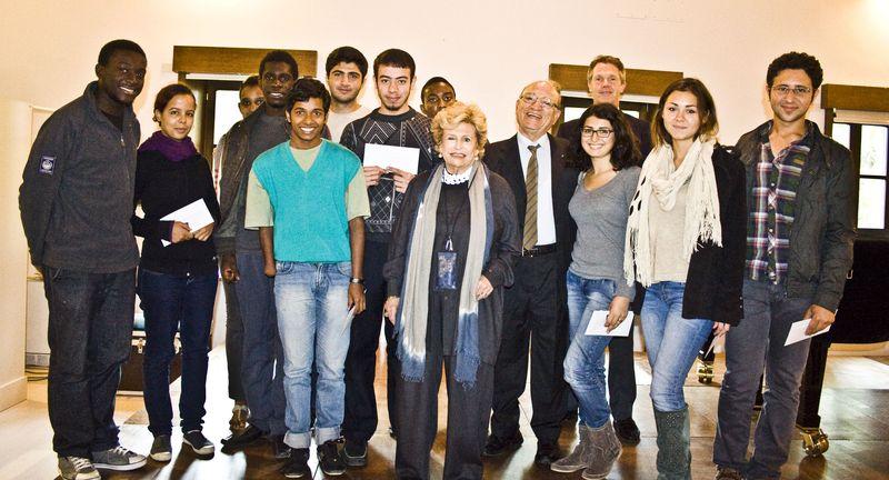 Foto di gruppo con il Rettore del collegio, la Presidente e il Segretario della Onlus.