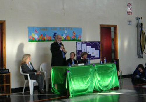 Il Dirigente Scolastico presenta l'evento, accoglie con calore i rappresentanti del Premio e gli ospiti tutti.