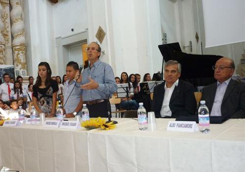 Il tavolo delle autorità con il Sindaco di Mazzarino ed alle spalle l'orchestra degli studenti pronta a suonare per i premiati.