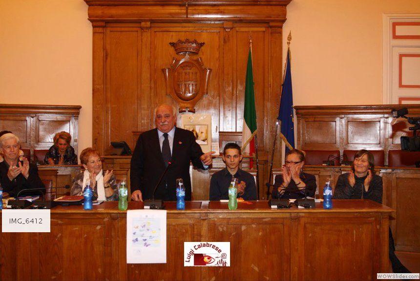Inizia la cerimonia nella Sala Consiliare alla presenza delle autorità, da sinistra Padre G. Testa, La prof.ssa G. Pianciamore, il Sindaco L. Di Bartolomeo, il Dirigente Scolastico G. Chiarolanza, il Provveditore Petta