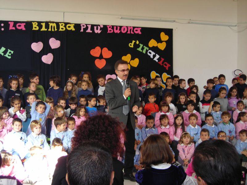 Il Dirigente Scolastico prof. Maurizio Trani apre la cerimonia davanti alle autorità, i rappresentanti dei genitori, la famiglia di Giorgia e i bambini della scuola