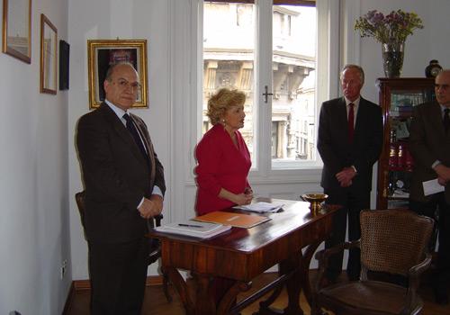 La presidente Carignani legge la motivazione della premiazione.