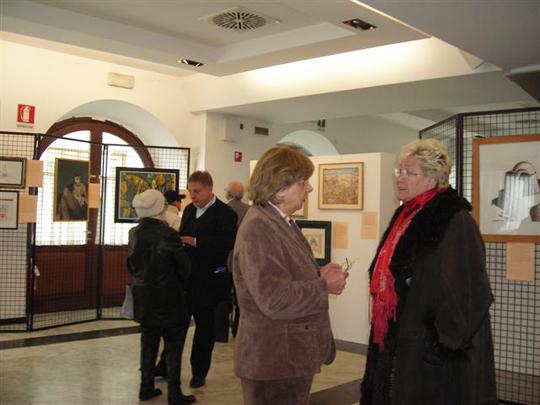 Trieste, 22 ottobre 2011 - L'assessore alla cultura del Comune di Trieste Andrea Mariani conversa con Fulvia Costantinides pochi minuti prima dell'inaugurazione.