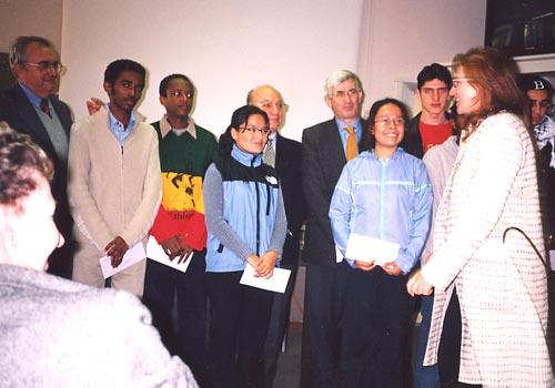 Gli studenti premiati assieme ai vertici del Collegio ed agli esponenti della ONLUS.