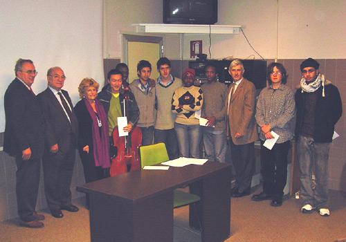 Gli studenti premiati assieme ai vertici del Collegio ed agli  esponenti della ONLUS