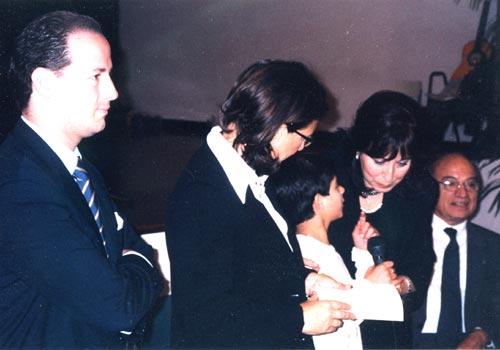 Premiazione della vincitrice alla presenza delle autorità cittadine. Consegna il premio la Sig. ra Cuffaro, moglie del Presidente della Regione.