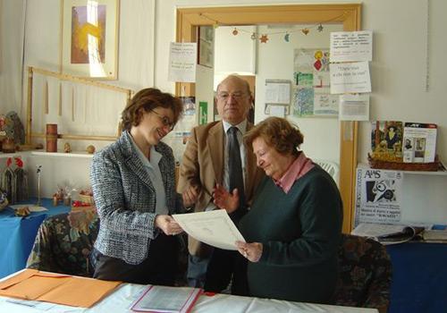 La VicePresidente Donatella Pianciamore consegna il premio e la pergamena a Anna Maria Contini a Milano