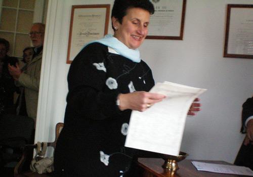 Dara Scaffidi riceve il premio dalle mani della Presidente.