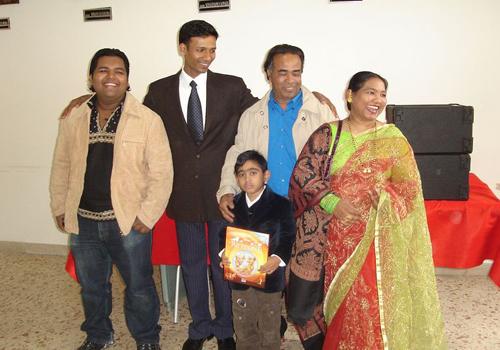 La famiglia Ariful con il rappresentante della Comunità del Bangladesh in Sicilia.