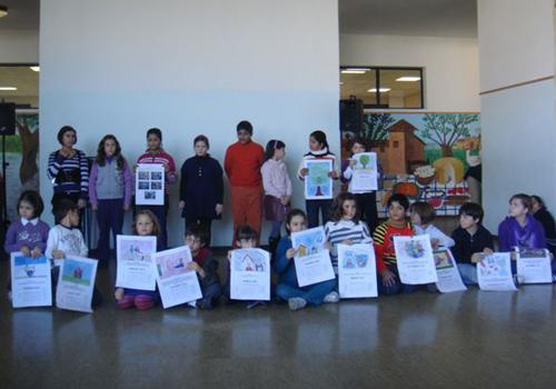 I bambini festeggiano il loro compagno premiato con la presentazione del calendario pergamena .