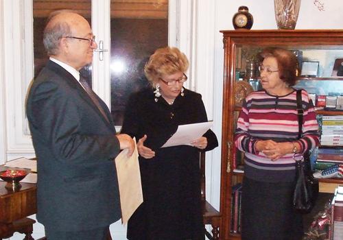 La premiata Elvia Caterina Giachin riceve il Premio alla Bontà Hazel Marie Cole.