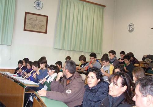 La classe suona il flauto per Arianna.