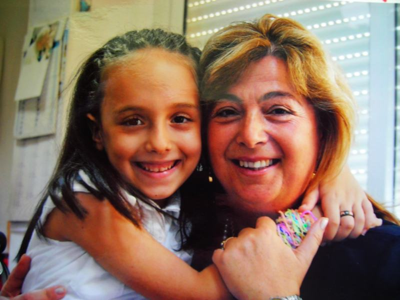 Cristina con la maestra Rita Fresu.