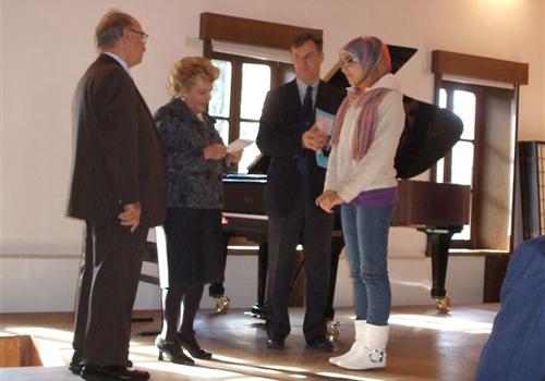 Una delle premiate, la palestinese Rima CHARIN, riceve il premio dalla Presidente Etta Carignani.