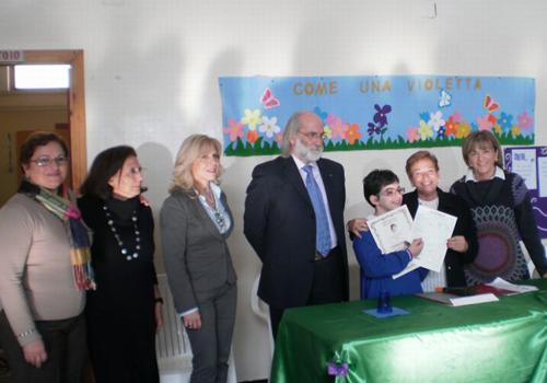 Il sorriso radioso di Palma insieme a Gilda Pianciamore e agli insegnanti della sua classe dopo la consegna del premio.