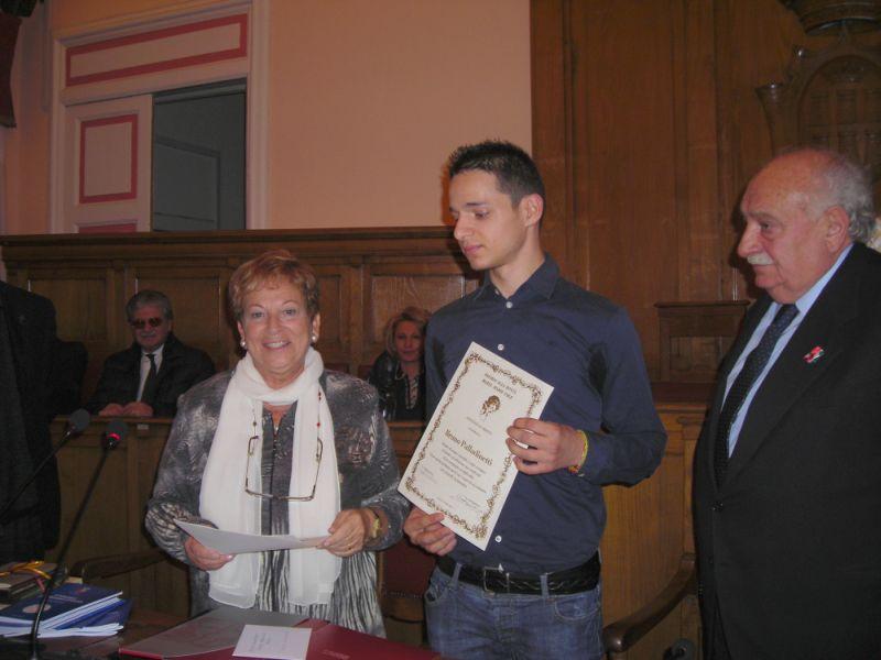 La Prof.ssa Pianciamore consegna il premio a Bruno Palladinetti