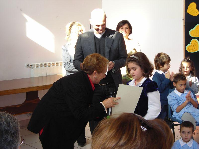 La prof.ssa G. Pianciamore insieme al Sindaco N. Procaccini durante la consegna del premio alla dolcissima Giorgia