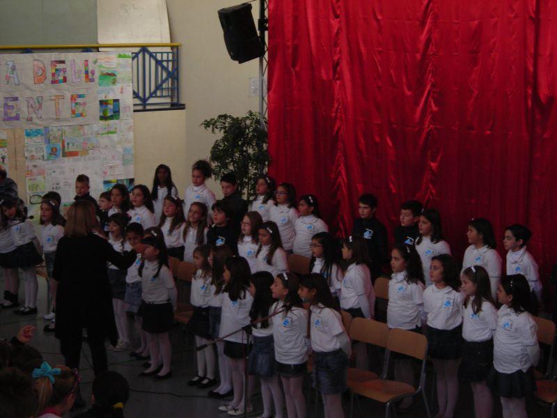 Il saluto viene cantato dal coro dei bravissimi bambini della scuola.