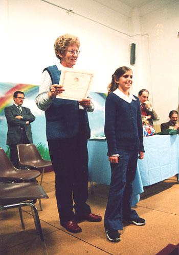 Beatrice riceve con il premio la pergamena di alunna più buona.