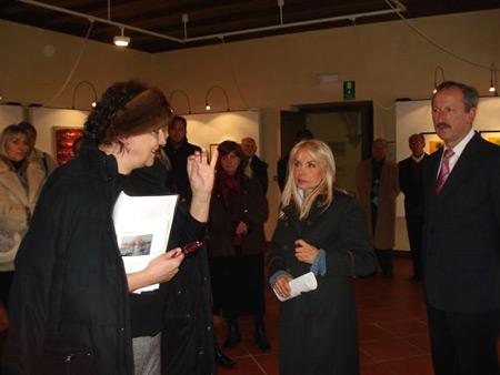 Malborghetto, 19 gennaio 2008 - Maria Giovanna Elmi, madrina della Mostra, accompagna il critico d'arte Marianna Accerboni che illustra ai presenti le caratteristiche degli artisti e dei quadri esposti.