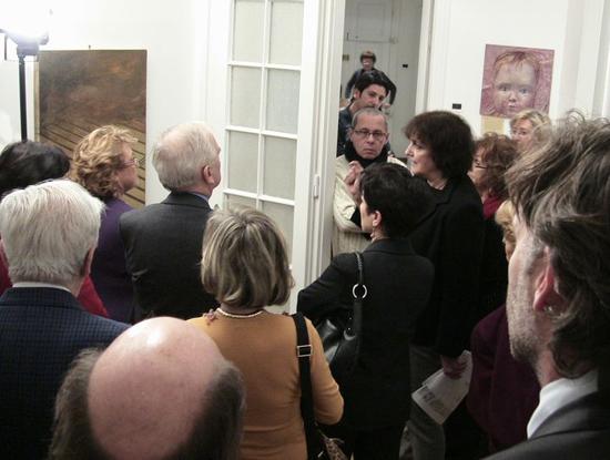 Trieste, 20 dicembre 2008 - Il critico d'arte Marianna Accerboni illustra ai presenti le caratteristiche degli artisti e dei quadri esposti.