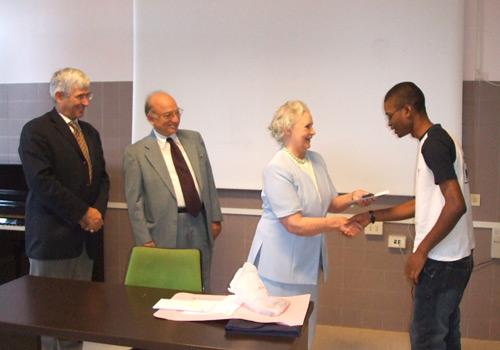 Un momento della premiazione di uno degli studenti del 1°anno