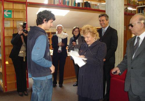 La Presidente Carignani legge le motivazioni della premiazione di uno studente