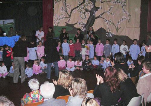Momenti dello spettacolo realizzato dalle varie classi materna,elementari e medie.