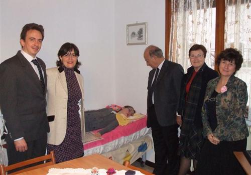 I membri del Premio con i genitori a casa della Maria per la consegna del premio.