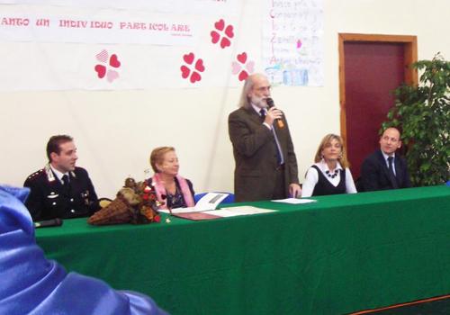 Il Dirigente Scolastico illustra all'assemblea il senso della cerimonia.