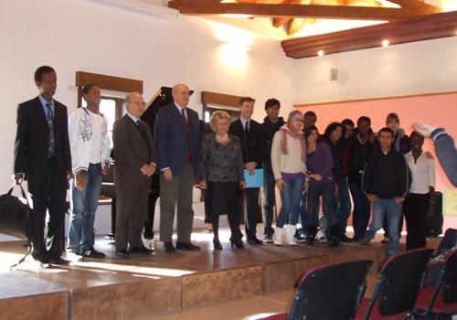 Foto di gruppo con il Presidente e il Rettore del collegio e la Presidente e il Segretario del premio.