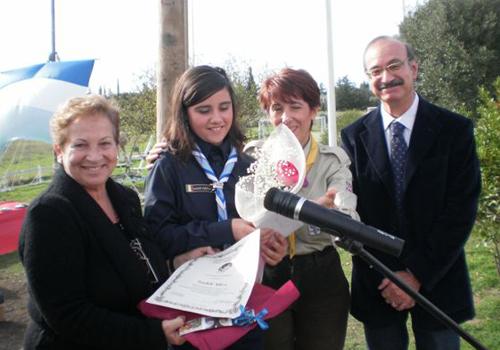 Premiazione di Alice Saddi, presenti la sua Akela e l'Assessore regionale. Consegna il premio la prof Gilda Pianciamore in rappresentanza della Fondazione.