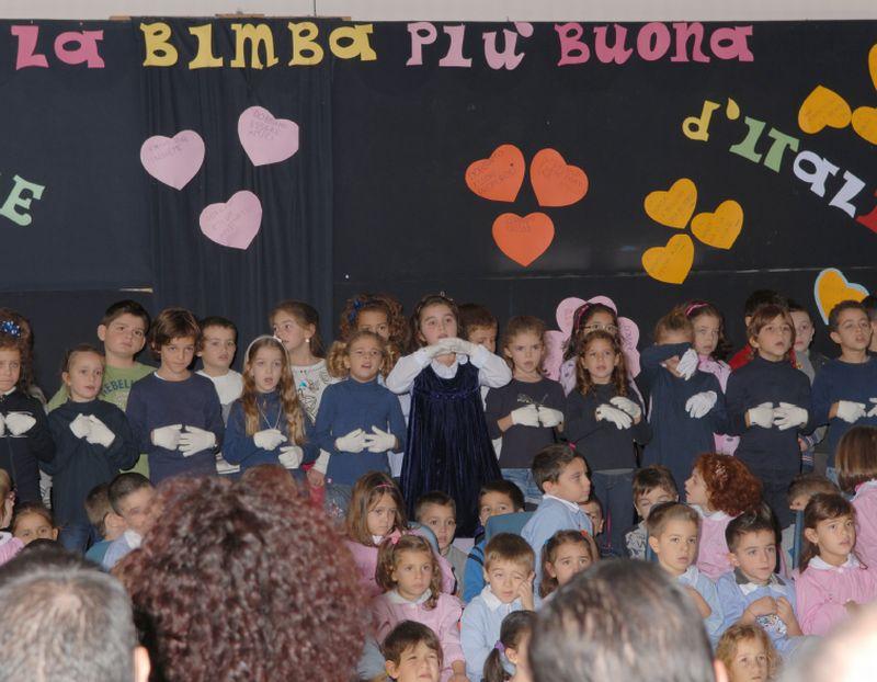 I bambini della scuola si esibiscono gioiosi in un canto accompagnato dai segni del L.I.S. - Li guida l'insegnante Maria Antonietta Roma