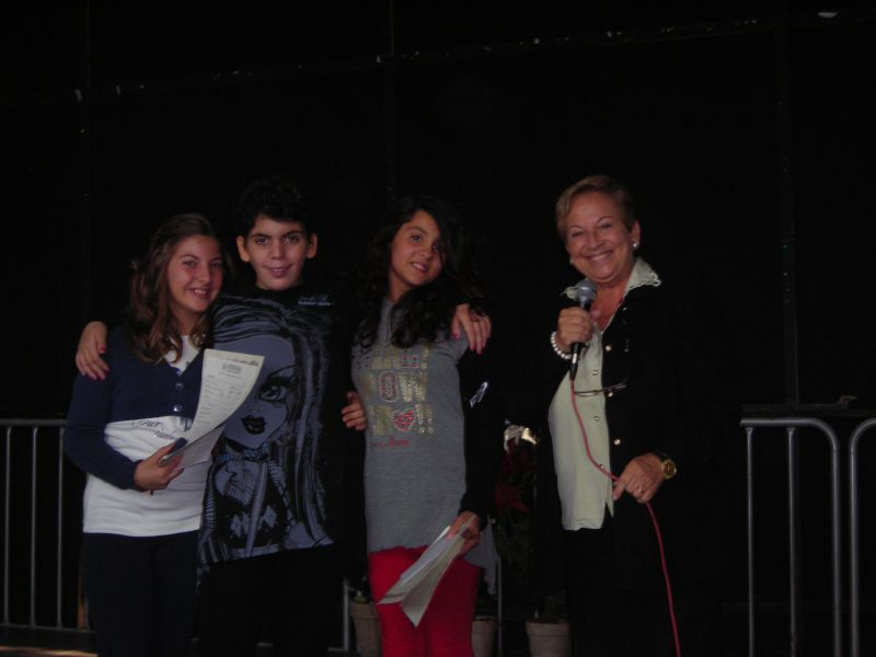 La prof.ssa Pianciamore consegna i premi alla bontà a Rosanna Morelli e Anna Teresa Tipaldi accompagnate da Ginevra, la loro amica del cuore.