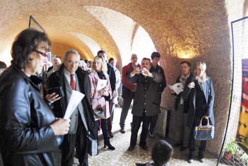 Duino, 30 ottobre 2010 - Il critico d'arte Marianna Accerboni illustra ai presenti le caratteristiche degli artisti e dei quadri esposti. (Foto Micol)
