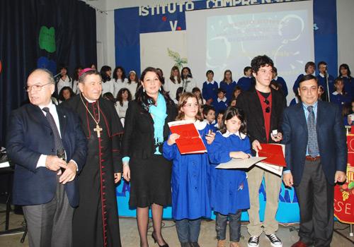 I ragazzi ricevono i premi dal Provveditore di Agrigento dott. Nicolò Lombardo, dall'Assessore alla Cultura dott.ssa Stefania Ierna e dall'Arcivescovo di Agrigento Monsignor Carmelo Ferraro