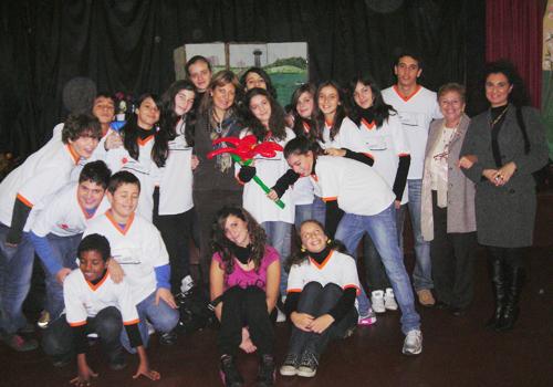Florin con la classe 2B e alcuni degli insegnanti che hanno collaborato al bellissimo spettacolo in suo onore.